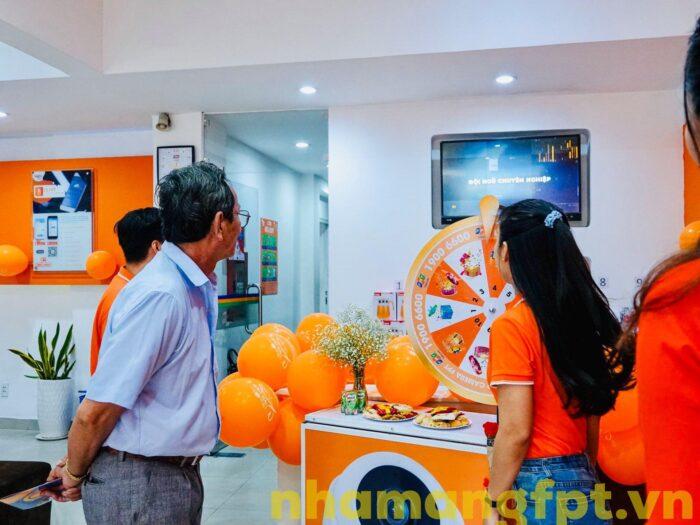 Hướng dẫn khách hàng làm thủ tục đăng ký lắp internet FPT ở Hóc Môn.