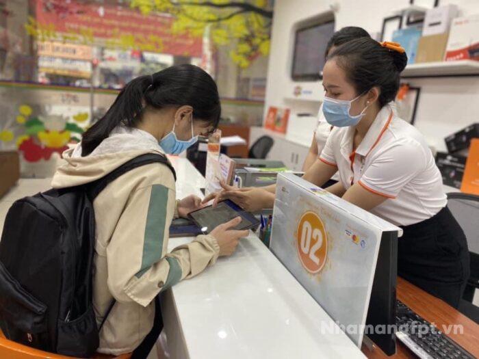 Hướng dẫn khách hàng quy trình lắp mạng FPT ở chi nhánh Tân Bình.